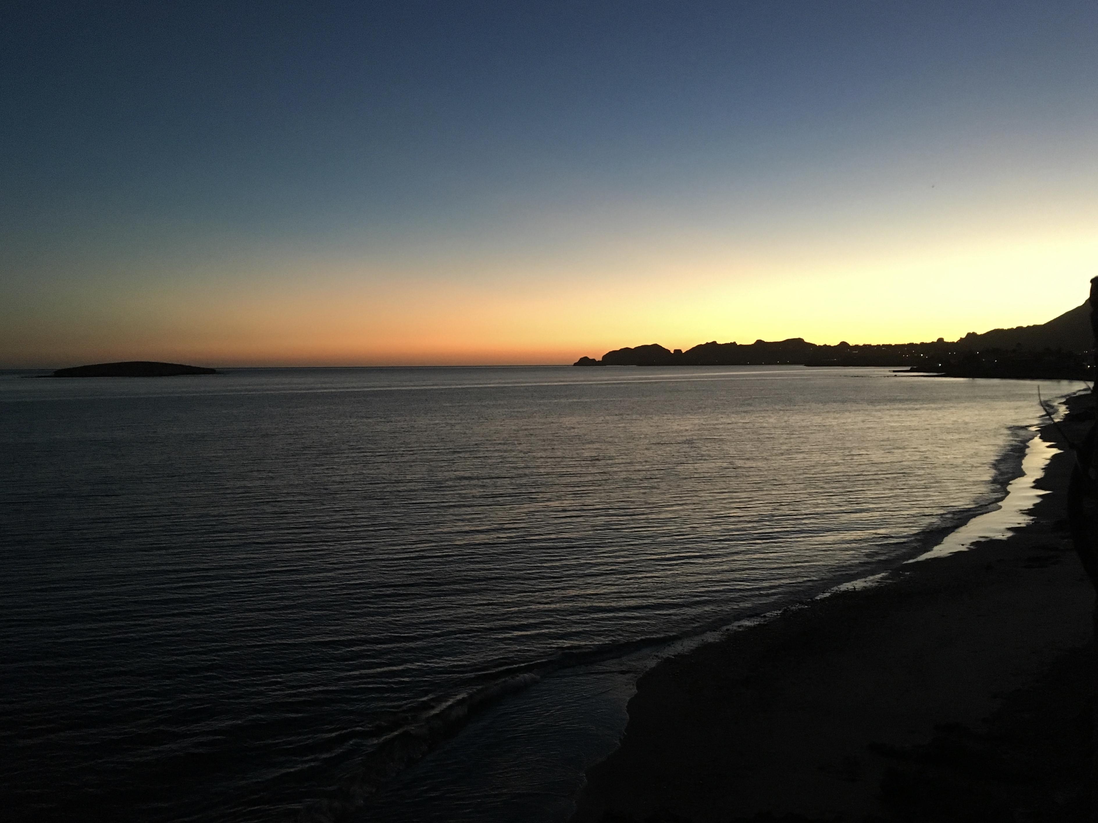 Nach einem langen Tag on the road erhaschen wir noch die letzten Lichtstrahlen über dem Meer.