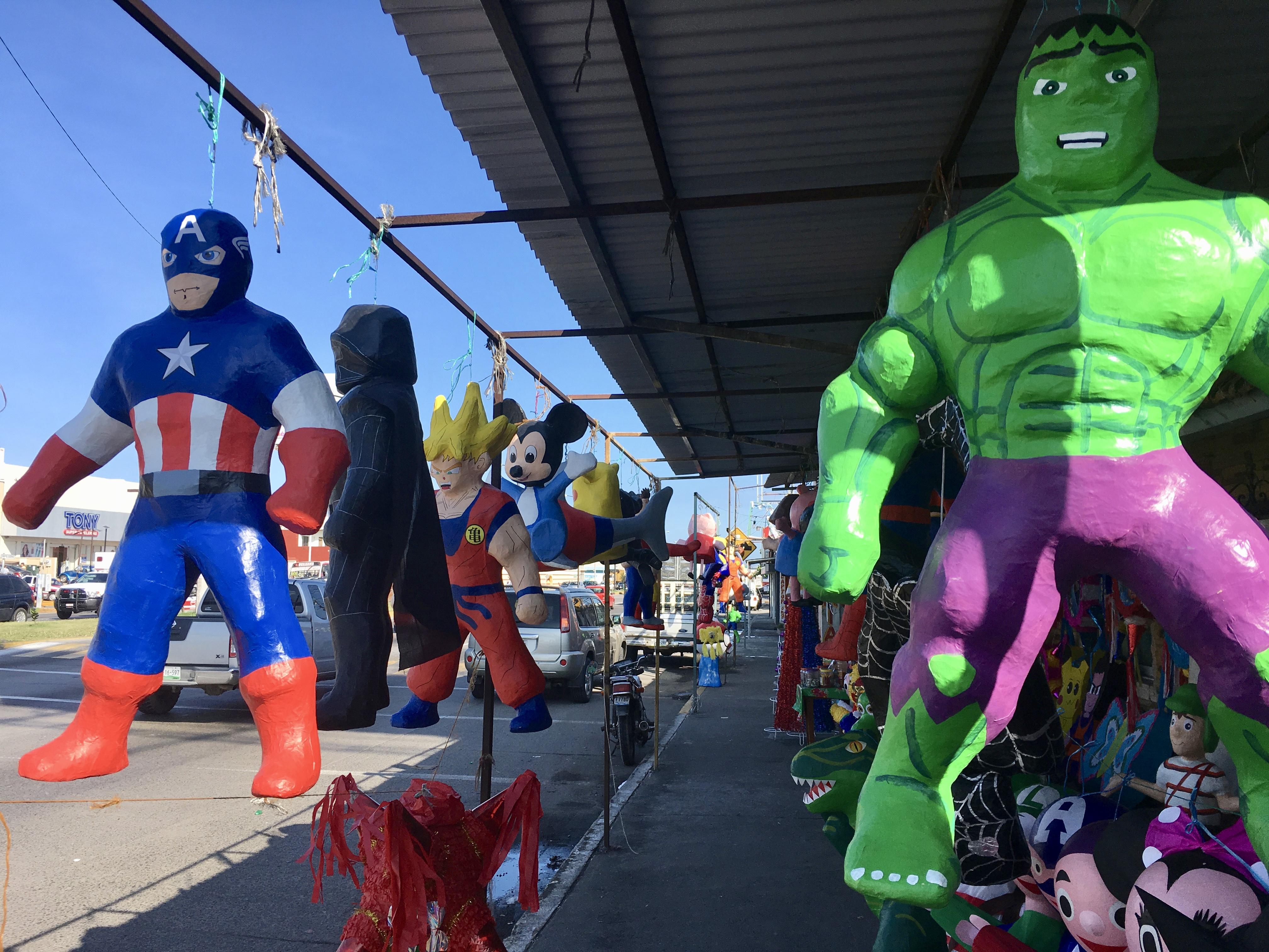 Echte mexikanische Piñatas! Diese hier sind handgefertigt (aus Pappe) und werden besonders um Weihnachten gern gekauft - innen drin sind Süßigkeiten für die Kinder, die die Figuren mithilfe eines Stocks und mit verbundenen Augen zerschlagen.