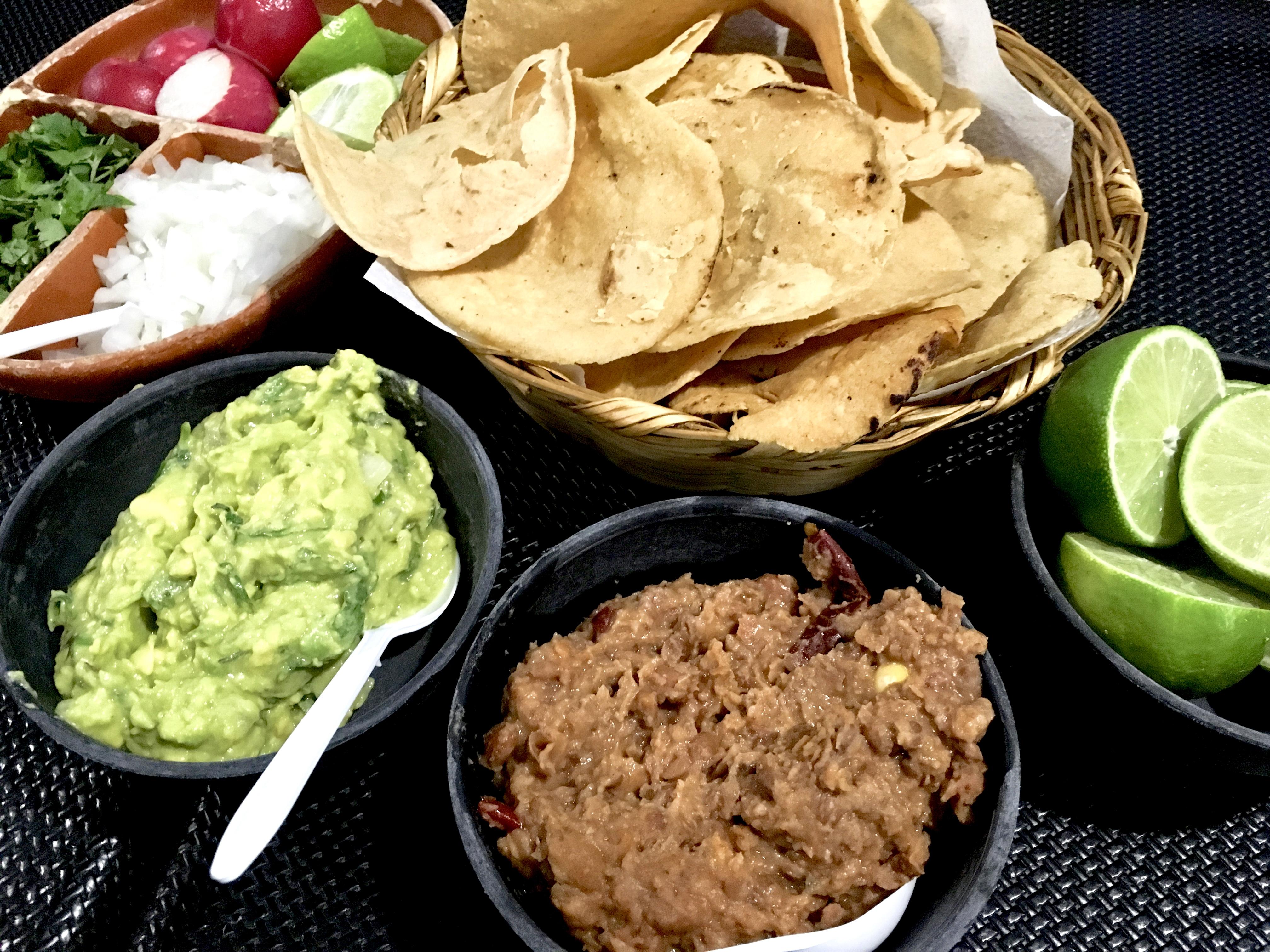 Typische mexikanische Vorspeise: Maisnachos mit Guacamole und